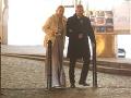 V tesnom závese za Renátou Názlerovou odchádzali z Plesu v opere aj bývalý riaditeľ RTVS Václav Mika s partnerkou Kristínou.