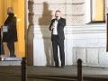 Pred budovu SND sa počas večera prišiel vyvetrať aj politik Juraj Droba.