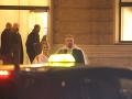Neznámy muž odchádzal z Plesu v opere so šifónovou sukňou okolo krku.