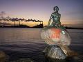 FOTO Na slávnej soche v Kodani sa objavil nápis: Jasný odkaz, osloboďte Hongkong