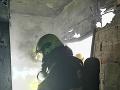 Hasiči zverejnili aj prvú fotografiu zo zdemolovaného bytu. Presné škody nateraz známe nie sú.