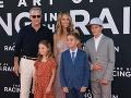 Kevin Costner so svojou manželkou a mladšími ratolesťami.