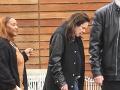 Ozzy Osbourne používa palicu na pomoc pri chôdzi, keď opúšťa Maxfield v západnom Hollywoode