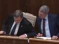 Danko a Bugár bok po boku: VIDEO Líder Mosta našepkával ako v škole a opäť sa plietol jazyk