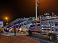 Na najmenej 20 mŕtvych a 1000 zranených stúpol počet obetí zemetrasenia, ktoré postihlo východ Turecka