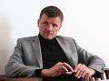 Hlina prezradil identitu fešánd na jeho bilborde: Do volieb pre KDH zapojil aj rodinu