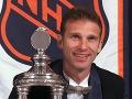 Brankár hokejistov Buffalo Sabres Dominik Hašek pózuje s cenou Vezina pre najlepšieho brankára NHL za rok 1999.