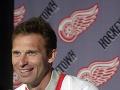 Český hokejový brankár Dominik Hašek v roku 2001 opustil po deviatich rokoch sprevádzaných mnohými oceneniami a úspechmi tím zámorskej NHL Buffalo Sabres.
