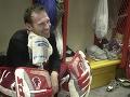 Apríl 2002 - brankár Detroitu Red Wings Dominik Hašek sedí v šatni po skončení tréningu.