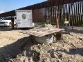 Pod hranicou s Mexikom objavili najdlhší pašerácky tunel, mal aj výťah a koľajnice