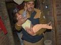 Muž zorganizoval falošnú oslavu pre svoju dcéru: FOTO Zločinec držal doma 23 detí ako rukojemníkov