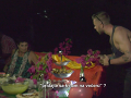 Miestni novomanželom pripravili večeru, po ochutnávke ich Ľubo pozval k stolu a rozdelil sa s nimi.