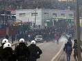 VIDEO Utečenci protestovali proti podmienkam, v akých žijú: Polícia na nich použila slzný plyn
