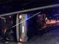 Počasie sa podpísalo aj na cestách: FOTO Autobus zišiel z cesty a prevrátil sa