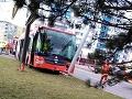 V Bratislave havaroval trolejbus: FOTO z miesta nehody, hlásia osem zranených