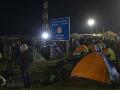Protest migrantov na srbsko-maďarskej hranici, demonštrantov odviezla polícia