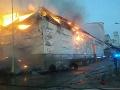 Požiar v Bošanoch zachvátil výrobnú halu: Evakuovať museli 40 ľudí