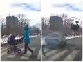 Hrozivá nehoda: Opitý vodič zrazil kočík s dieťaťom... VIDEO Doslova letel vo vzduchu