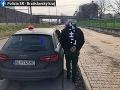 FOTO Vodič so zákazom šoférovať mal v Bratislave jazdiť po chodníkoch: Je po ňom vyhlásené pátranie
