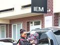 Alica vystupuje pred prestížnou klinikou IEM v Pezinku a spolu s dcérkou Nelly kráčajú do inštitútu krásy.