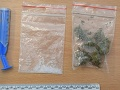 FOTO V Partizánskom chytili troch mladíkov s drogami, polícia zasahovala aj v Radvani