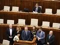 MIMORIADNY ONLINE Poslednú schôdzu sprevádza chaos: Koalíciu zachránil Galko, Kotleba mal nehodu a opozícia zablokovovala rokovanie