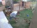 VIDEO Toto doma nikdy neskúšajte! Muž chcel vykynožiť šváby na svojej záhrade, katastrofický záver