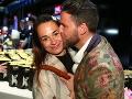 Michal Straka alias Ego dal pred fotografmi svojej manželke poriadne horúci bozk.