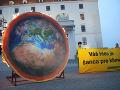 Ekologickí aktivisti bojovali za lepšiu planétu: Na Bratislavskom hrade zapálili jej maketu