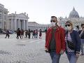 Dvojica nosí rúška počas prechádzky na námestí Sv. Petra vo Vatikáne.