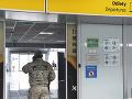 Na snímke pracovník bezpečnostnej služby na košickom letisku.