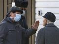 Príslušníci bezpečnostnej služby zakazujú vstup do nemocnice pre infekčné choroby v Minsku