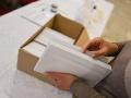 Členovia volebnej komisie pripravujú volebnú miestnosť pred jej otvorením v rámci volieb.