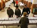Členovia volebnej komisie pripravujú volebnú miestnosť pred jej otvorením v rámci volieb