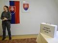Volička stojí pred členkami okrskovej volebnej komisie v Ústave na výkon odňatia slobody vo voľbách do Národnej rady SR v Levoči