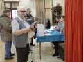 Klienti Domova sociálnych služieb a zariadenia pre seniorov VIA LUX v košickej mestskej časti Barca počas volebného aktu v rámci volieb do Národnej rady SR