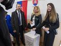 Na snímke prezidentka SR Zuzana Čaputová čaká s dcérami pred volebnou miestnosťou vo voľbách do Národnej rady