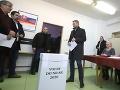 Na snímke predseda vlády SR Peter Pellegrini  vhadzuje obálku zahlasovacím lístkom do volebnej urny vo volebnej miestnosti na Základnej škole Jána Bakossa v Banskej Bystrici vo voľbách do Národnej rady Slovenskej republiky