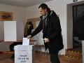 Na snímke volič vhadzuje obálku s hlasovacím lístkom do volebnej schránky vo volebnej miestnosti v Beňovej Lehote