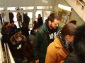 Ľudia čakajú v radoch, aby mohli odovzdať svoj hlas na Základnej škole na Majerníkovej ulici na Dlhých dieloch