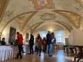 Volebná miestnosť v erbovej sále rodu Dessewffyovcov v kaštieli v obci Fintice v okrese Prešov