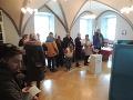 Na snímke voliči stoja v rade vo volebnej miestnosti vo voľbách do Národnej rady Slovenskej republiky v radnici v Banskej Štiavnici