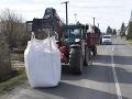 FOTO Nehoda v okrese Levice, vodič (42) pracovného stroja zrazil chodkyňu (56)
