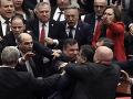 V tureckom parlamente zavládol chaos: VIDEO Prišla reč na Sýriu, bitka v priamom prenose!
