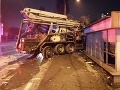 FOTO Hrozivá nehoda v Košiciach: Nákladiak po zrážke s osobným autom skončil v zastávke MHD