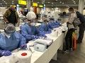 Ruskí lekárski odborníci kontrolujú pasy cestujúcim z Talianska na moskovskom letisku Šeremetievo.