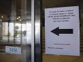 Oznam o doporučení dezinfekcie rúk vo vstupnej chodbe na Ekonomickej univerzite v Bratislave.