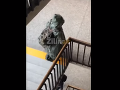 VIDEO Zúfalý krok či výsmech? Žiak prišiel do školy na Kysuciach v ochrannom obleku, župa sprísňuje opatrenia