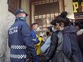V osadách rozdávali sociálne dávky, rómski aktivisti rozdávali rúška a dezinfikovali im ruky