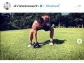 Chris Hemsworth denne cvičí.